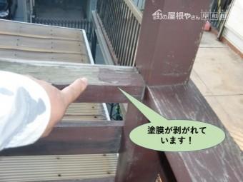 岸和田市の木製のテラス屋根の塗膜が剥がれています