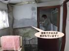 岸和田市の洗面所で湿気でクロスが剥がれています!