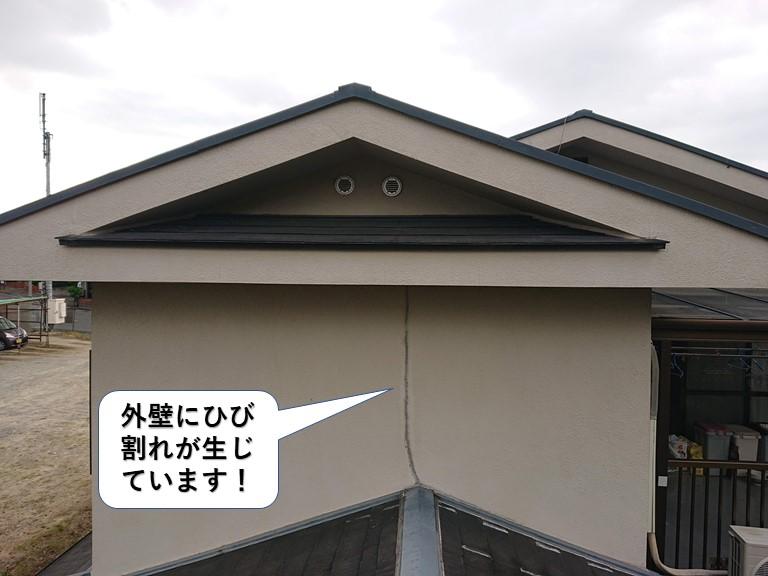 和泉市の外壁にひび割れが生じています