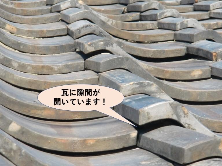 泉大津市の瓦に隙間が開いています