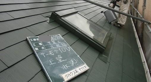 岸和田市極楽寺町で上塗り工程の外壁と屋根塗装