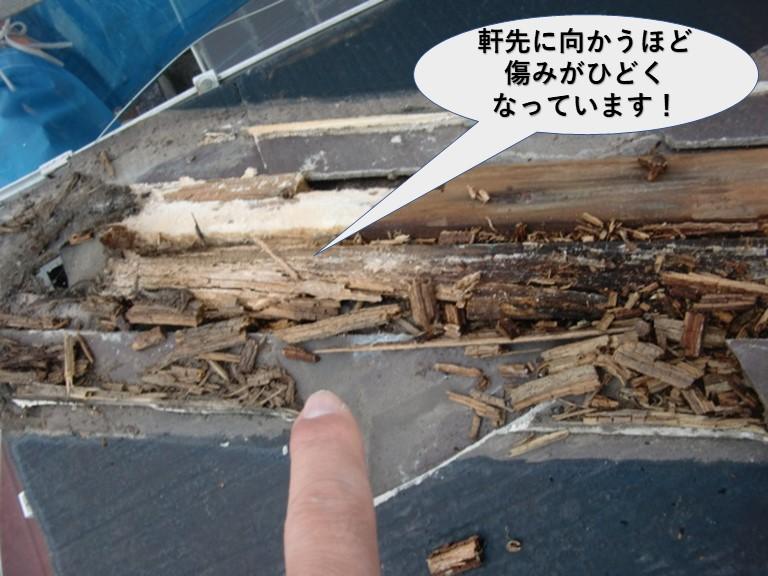 岸和田市の棟の下地が軒先に向かうほど傷みがひどくなっています!!