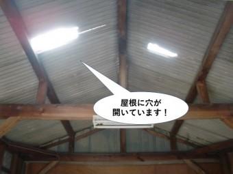 泉佐野市のガレージの中に穴が開いています