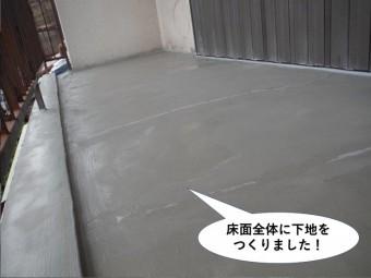 泉大津市のベランダの床面全体に下地を設置