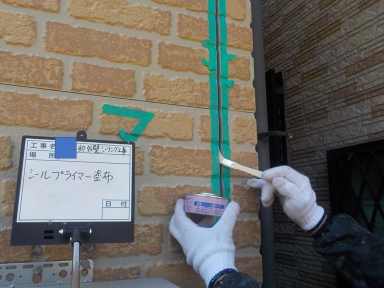 熊取町の外壁のシーリング打ち替えでプライマーを塗布