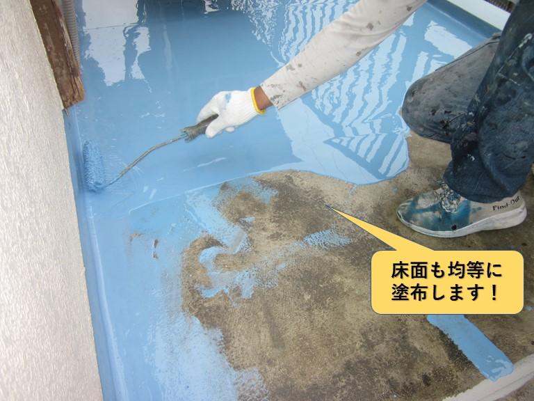 和泉市のベランダの床面にもウレタン樹脂を均等に塗布します