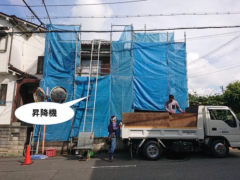 泉佐野市で足場と昇降機を設置