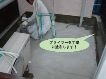 岸和田市のベランダにプライマーを丁寧に塗布します