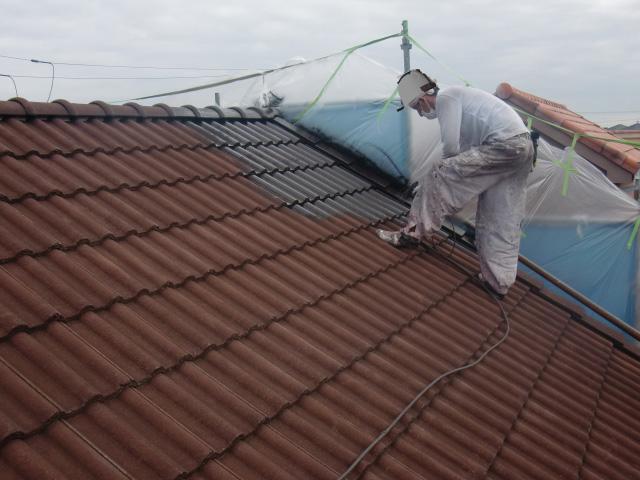 岸和田市西之内町で屋根の下塗り