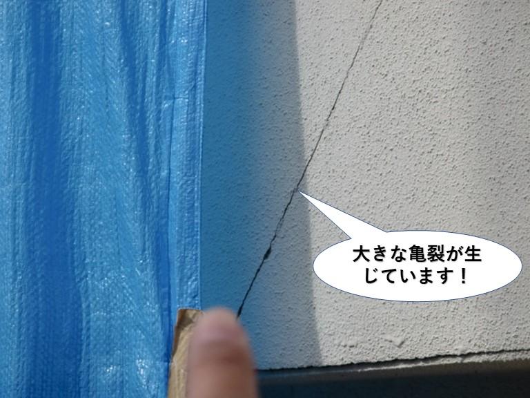 岸和田市のベランダの壁に大きな亀裂