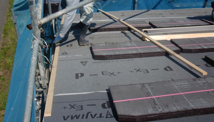 岸和田市土生町の屋根にのぼり木取り付け