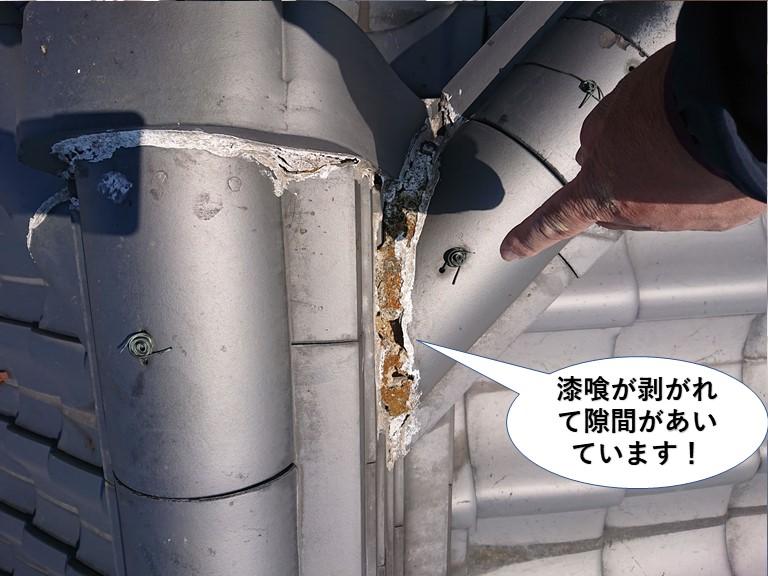 泉大津市の漆喰が剥がれて隙間があいています