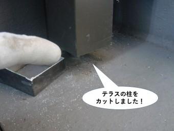 和泉市のテラスの柱をカット