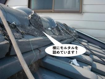忠岡町の棟にモルタルを詰めています
