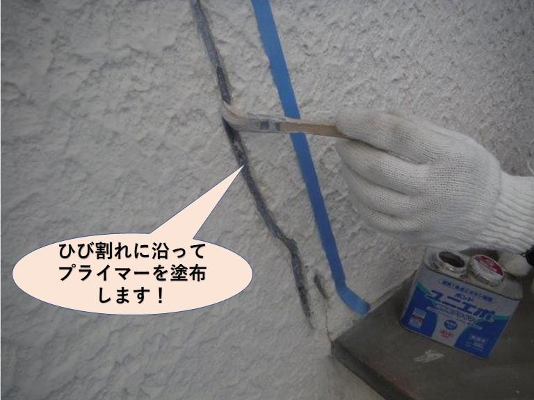岸和田市の外壁のひび割れに沿ってプライマー塗布