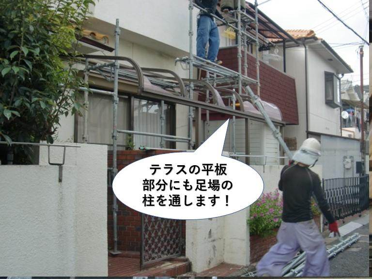 和泉市のテラスの平板部分にも足場の柱を通します