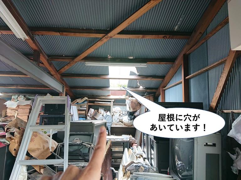 貝塚市のガレージの屋根に穴があいています