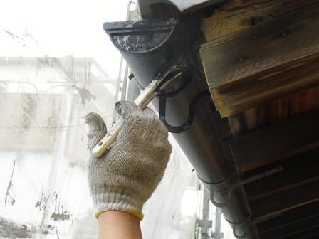 岸和田市春木本町の外壁塗装の雨樋や雨戸の塗装