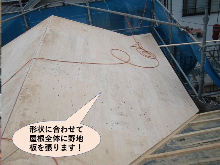 忠岡町の屋根の形状に合わせて屋根全体に野地板を張ります