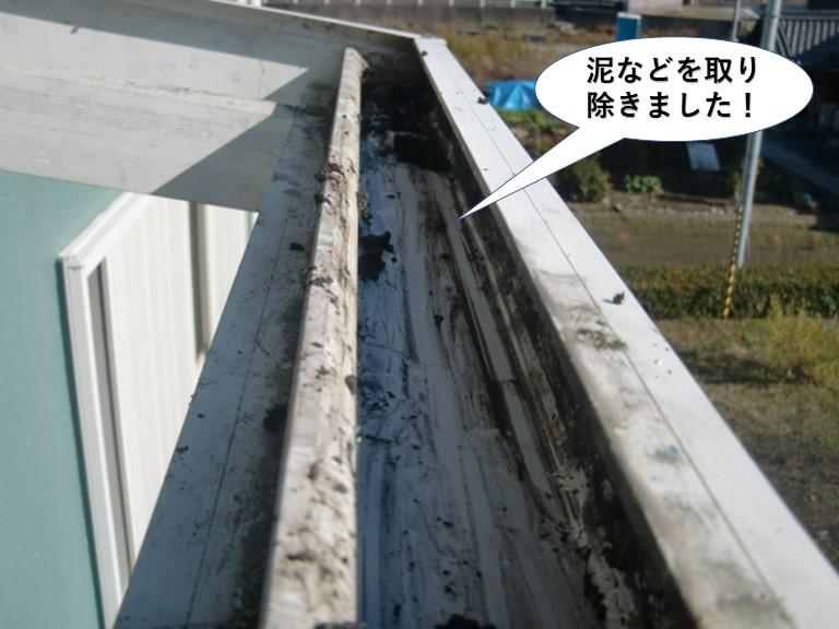 泉南市のテラスに溜まった泥などを取り除きました