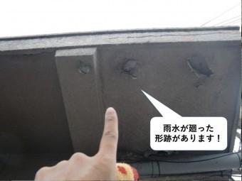 泉大津市のベランダの下端に雨水が廻った形跡があります