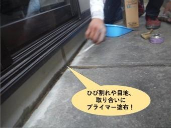 泉大津市のベランダのひび割れや目地、取り合いにプライマー塗布