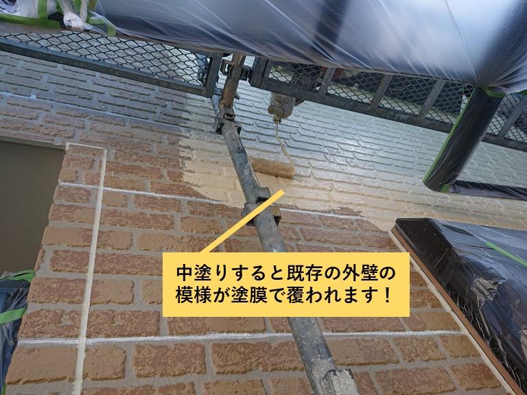 熊取町の外壁の中塗りで既存の模様が塗膜で覆われます