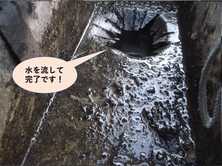 岸和田市のあ雨樋に水を流して雨樋清掃完了!