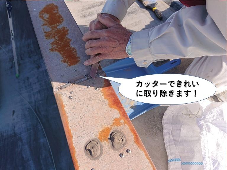 岸和田市の残ったシーリングをカッターできれいに取り除きます