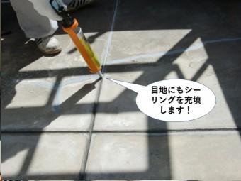 熊取町のベランダの目地にもシーリングを充填します