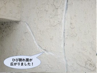 岸和田市の外壁のひび割れ面が広がりました