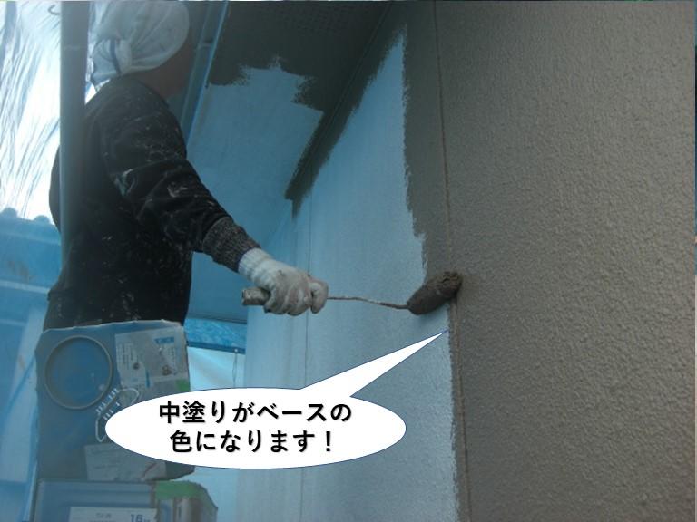 岸和田市の外壁の中塗りがベースの色になります