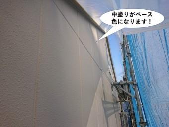 岸和田市の外壁塗装で中塗りがベース色になります