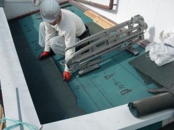 岸和田市上松町の屋根スレート瓦の下屋部分の葺き替え作業