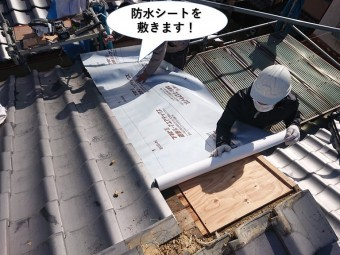 泉南市の屋根に防水シートを敷きます