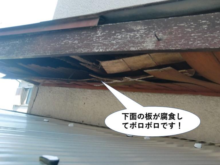 貝塚市の庇の下面の板が腐食してボロボロです