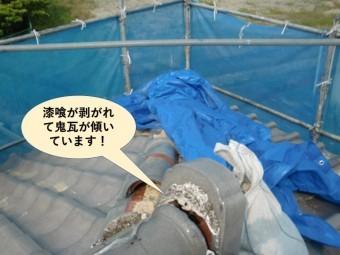 岸和田市の漆喰が剥がれて鬼瓦が傾いています