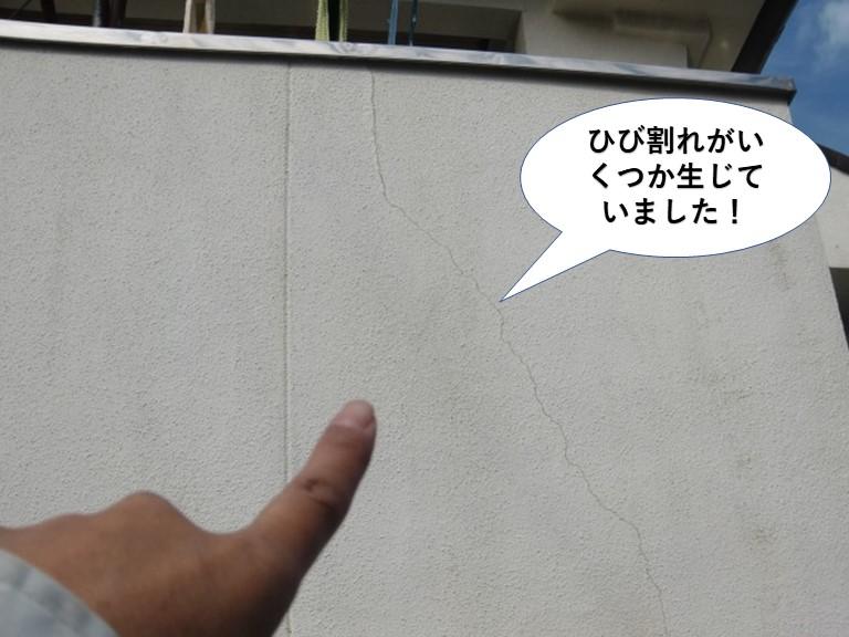 岸和田市のベランダの壁にひび割れがいくつか生じていました