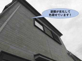 泉佐野市の外壁の塗膜が劣化して色褪せています