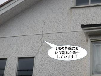 熊取町の2階の外壁にもひび割れが発生しています