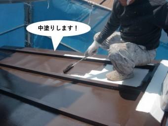 泉佐野市の板金屋根に中塗りします