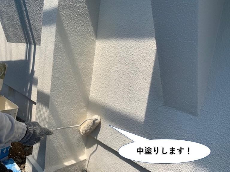 岸和田市のベランダの壁を中塗りします