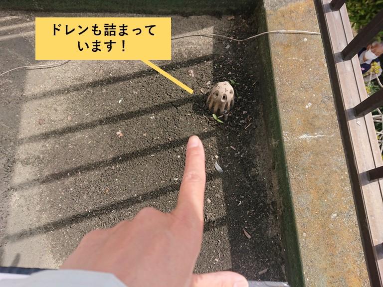 和泉市のベランダのドレンが詰まっています