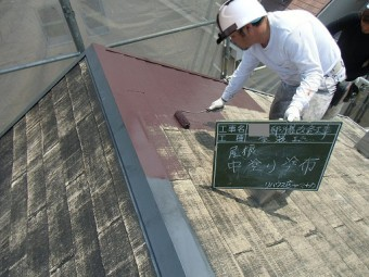 泉佐野市俵屋で屋根塗装の中塗り工程に入りました!