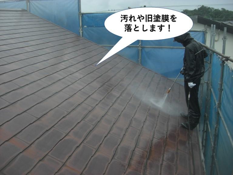 和泉市の屋根に付着した汚れや旧塗膜を落とします