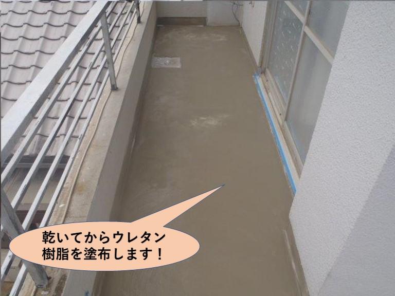 岸和田市のバルコニーに乾いてからウレタン樹脂を塗布します!