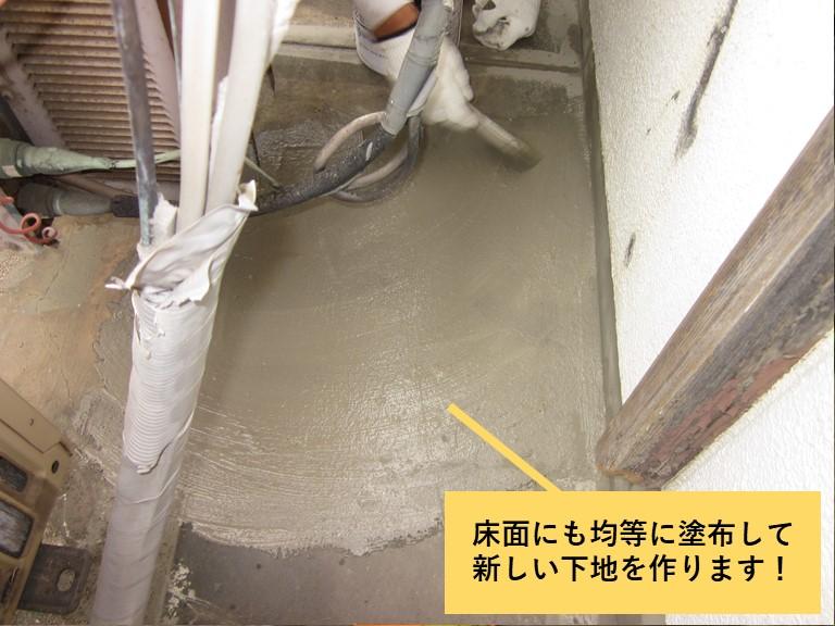 和泉市のベランダの床にもカチオンフィラーを均等に塗布