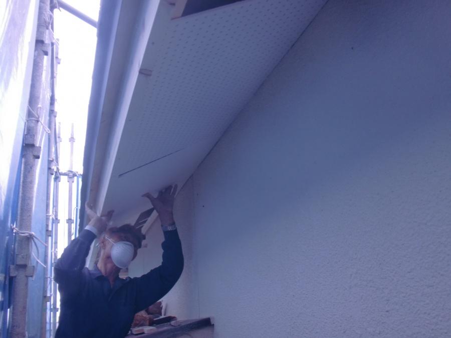 岸和田市土生町の軒天井にケイカル板取り付け