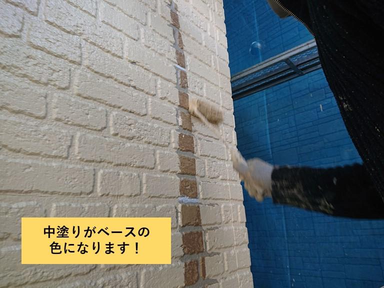 熊取町の外壁の中塗りがベースの色になります