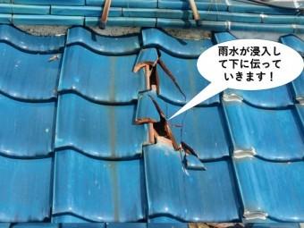岸和田市の屋根から雨水が浸入して下に伝っていきます
